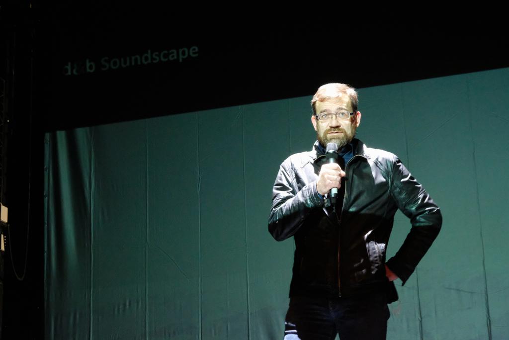 dyrektor mówi do mikrofonu na scenie